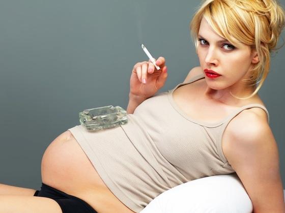 Grávida com cigarro na mão - Jiri Miklo / Shutterstock